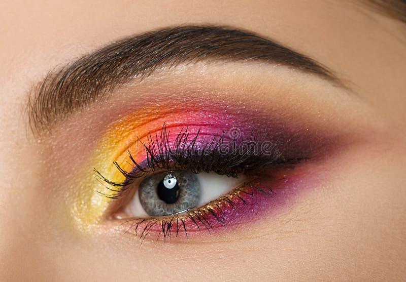 Vrouwenoog met mooie kleurrijke make-up royalty-vrije stock afbeeldingen
