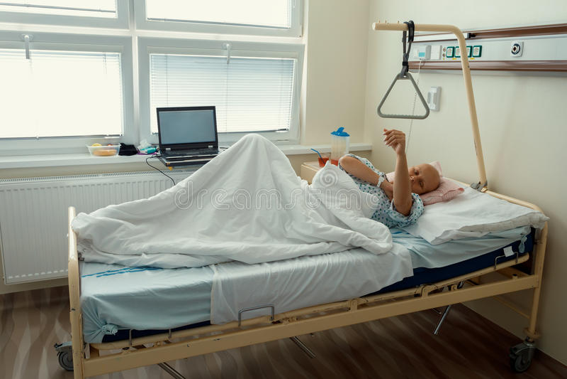 Vrouwenpatiënt met kanker in het ziekenhuis stock foto's