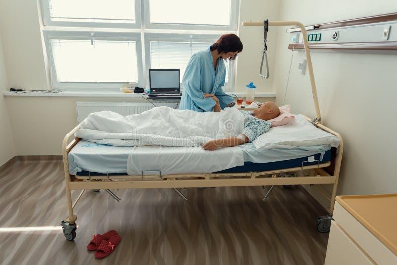 Vrouwenpatiënt met kanker in het ziekenhuis met vriend royalty-vrije stock afbeelding