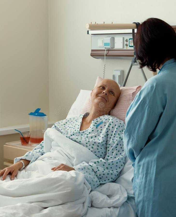 Vrouwenpatiënt met kanker in het ziekenhuis met vriend royalty-vrije stock afbeeldingen