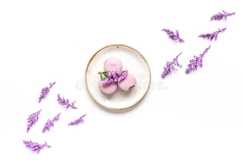 In vrouwenpatroon met bloemen en makarons op model van de plaat het hoogste mening royalty-vrije stock afbeeldingen