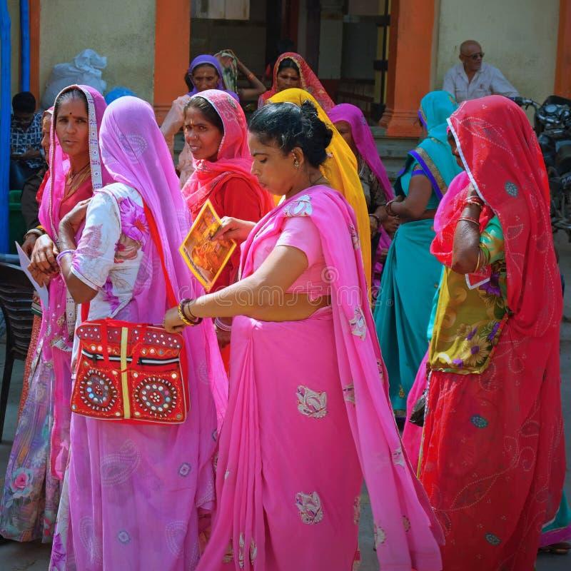 Vrouwenpelgrims die de Hindoese tempel bezoeken in Somnat in Gujarath stock afbeeldingen