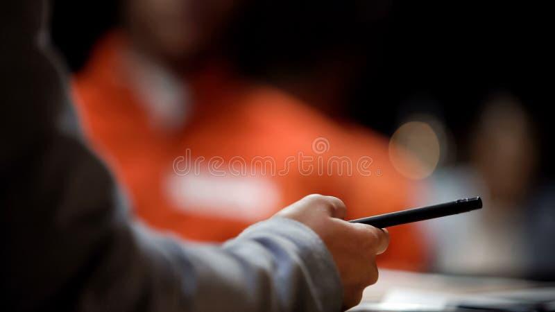 Vrouwenpolitieman die nota's van gevangeneverklaringen maken in het dossier van het diefstalgeval royalty-vrije stock fotografie