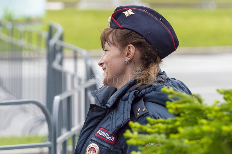 Vrouwenpolitieman het glimlachen Mening van de voorzijde royalty-vrije stock fotografie