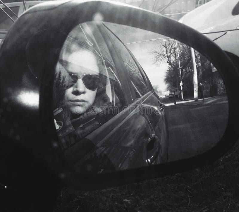 Vrouwenportret in autospiegel royalty-vrije stock afbeelding