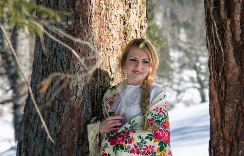 Vrouwenportret in de sneeuw royalty-vrije stock foto