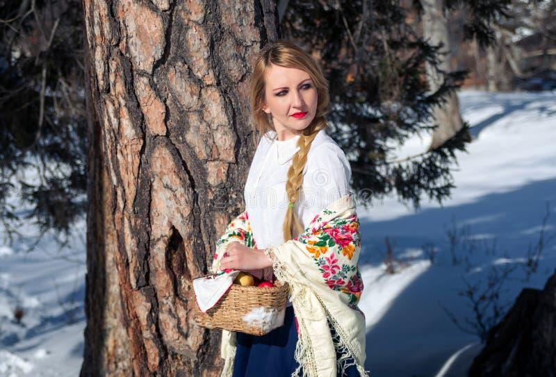 Vrouwenportret in de sneeuw royalty-vrije stock afbeelding