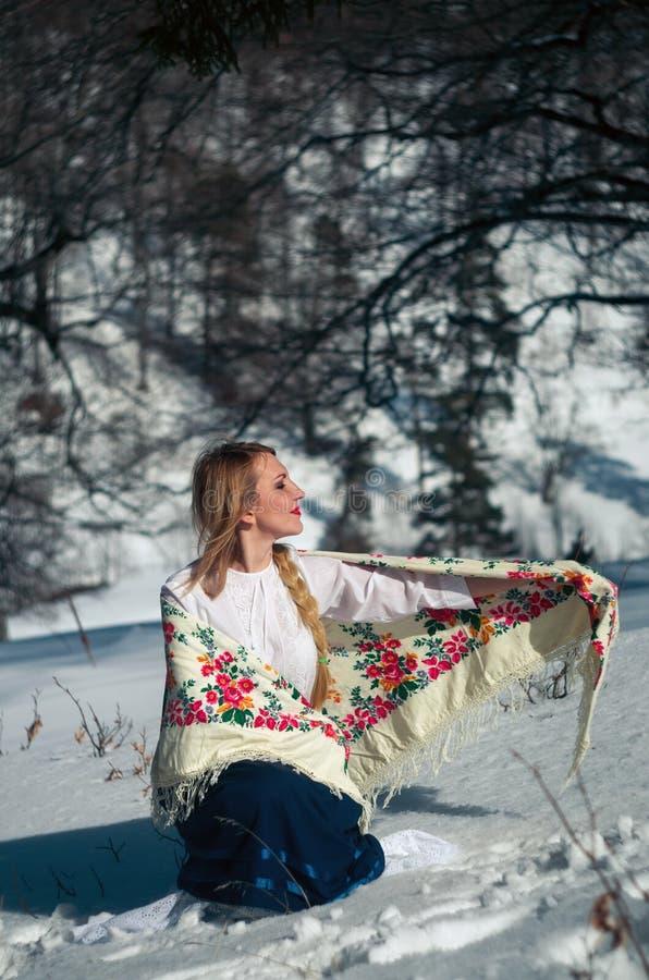 Vrouwenportret in de sneeuw royalty-vrije stock fotografie