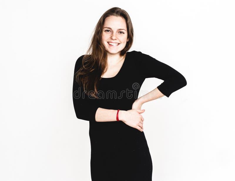 Vrouwenportret in het zwarte kledingsstudio stellen met lang aantrekkelijk haar geïsoleerd op wit stock afbeeldingen