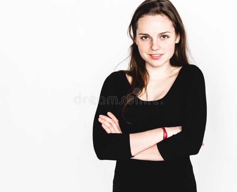 Vrouwenportret in het zwarte kledingsstudio stellen met lang aantrekkelijk haar geïsoleerd op wit stock foto