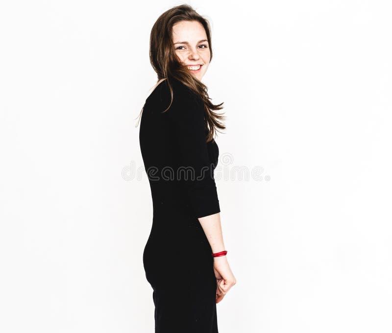 Vrouwenportret in het zwarte kledingsstudio stellen met lang aantrekkelijk haar geïsoleerd op wit royalty-vrije stock foto