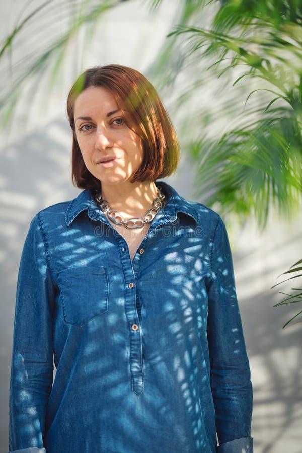 Vrouwenportret met groene bladeren royalty-vrije stock fotografie