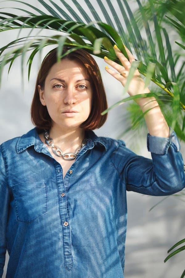 Vrouwenportret met groene bladeren stock foto's