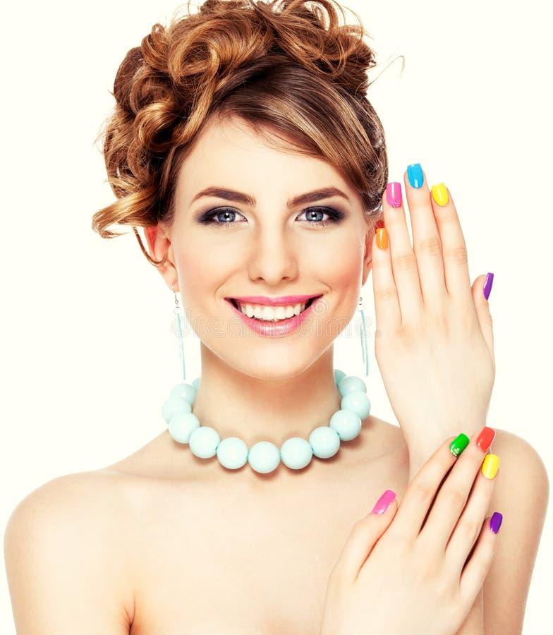 Vrouwenportret met kleurrijke manicure stock afbeeldingen