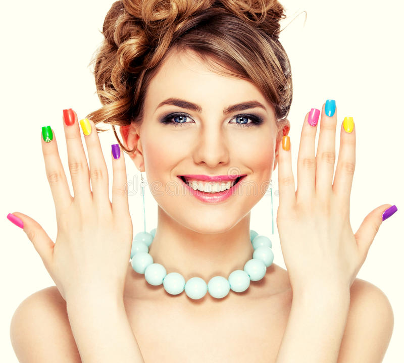Vrouwenportret met kleurrijke manicure stock foto's