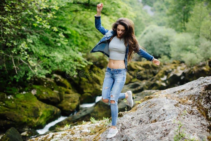 Vrouwenreis in ecotoerist van de bergrivier stock afbeeldingen