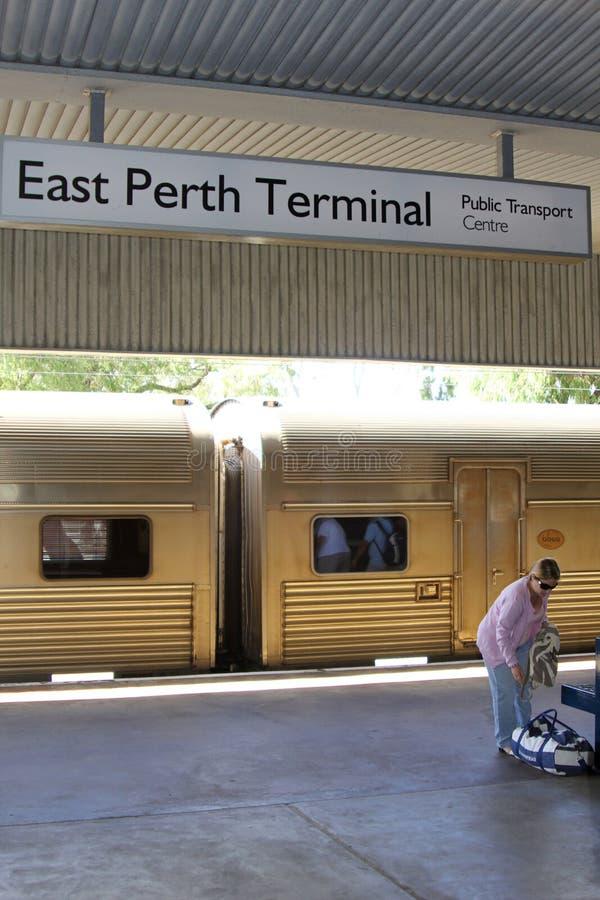 Vrouwenreizen met de Indische Vreedzame trein van station Perth, Australië royalty-vrije stock afbeelding