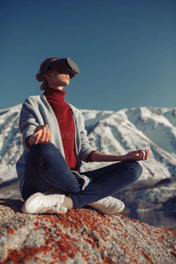 Vrouwenreizen in virtuele werkelijkheid Wilde aard stock afbeelding