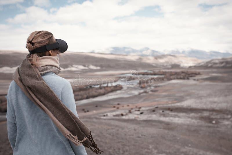 Vrouwenreizen in virtuele werkelijkheid Wilde aard stock foto's