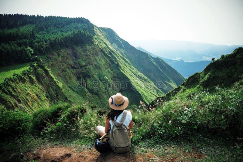 Vrouwenreiziger in de Azoren royalty-vrije stock afbeeldingen