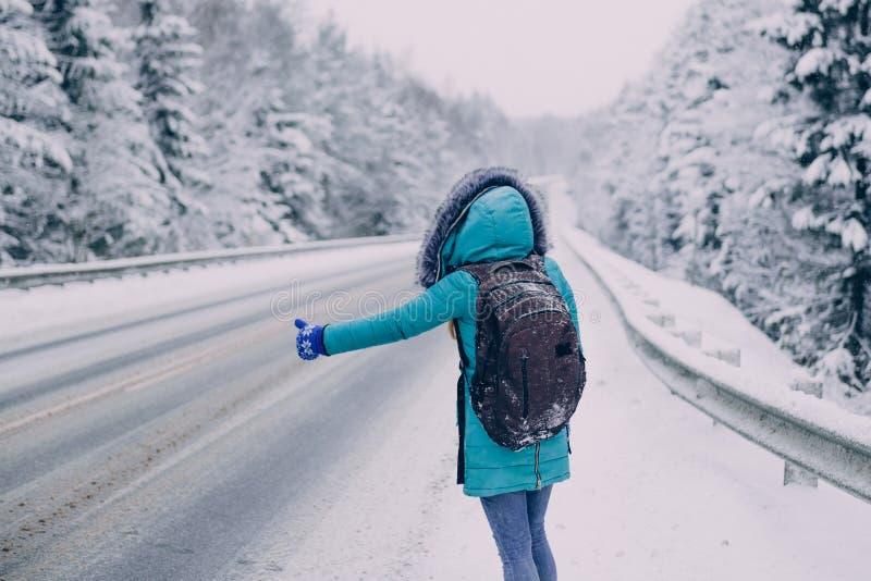 Vrouwenreiziger die auto in de winterbos halen royalty-vrije stock afbeelding