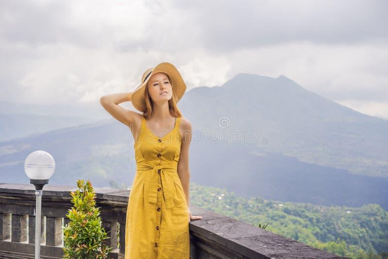 Vrouwenreiziger die Batur-vulkaan bekijken indonesi? stock fotografie