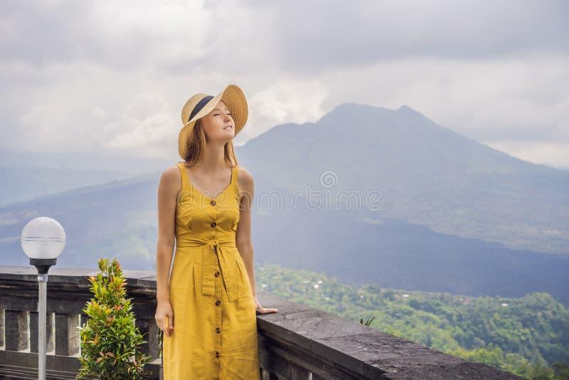 Vrouwenreiziger die Batur-vulkaan bekijken indonesi? stock afbeeldingen