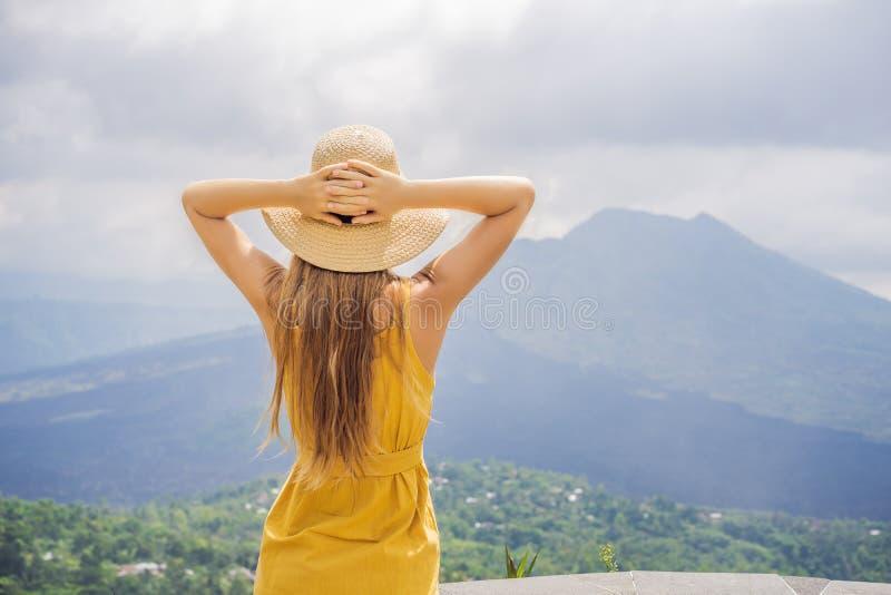 Vrouwenreiziger die Batur-vulkaan bekijken indonesi? stock afbeelding