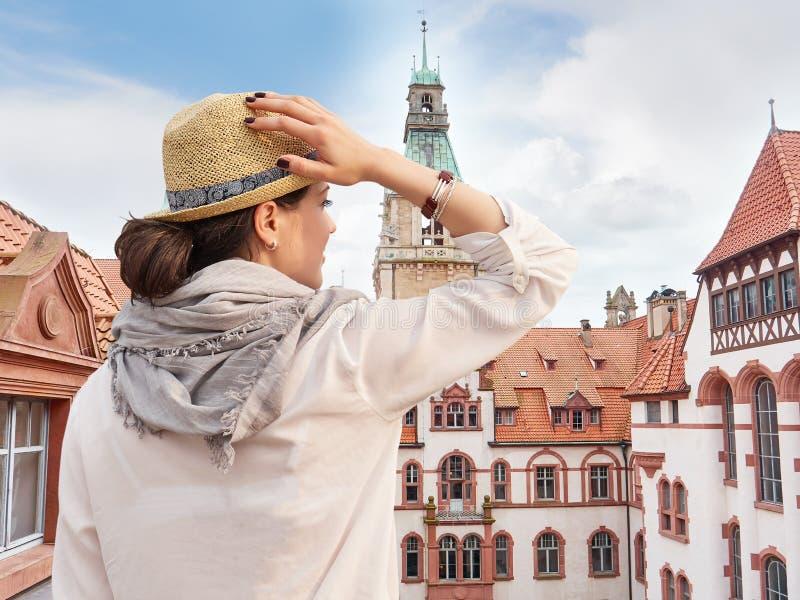 Vrouwenreiziger die in hoed de Stads van mening genieten van Hanover royalty-vrije stock afbeelding