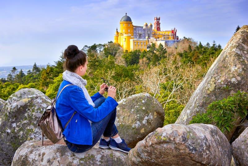Vrouwenreiziger die van beroemd landschap en Paleis van Pena, Sintra, Lissabon genieten royalty-vrije stock fotografie