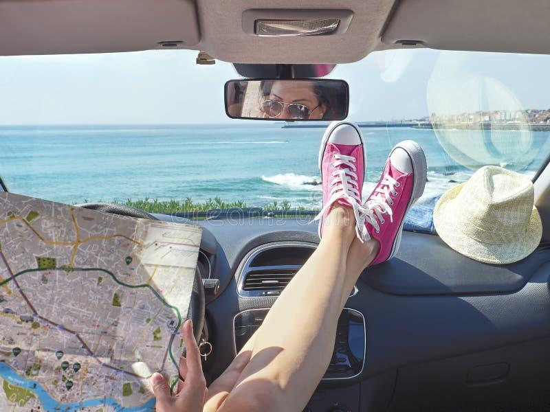 Vrouwenreiziger met kaart in haar handen binnen de auto royalty-vrije stock foto