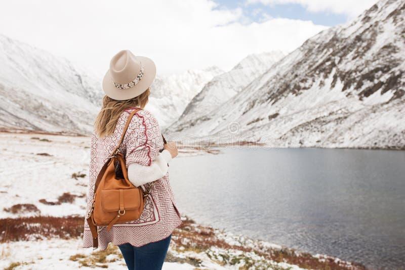 Vrouwenreiziger op de achtergrond van een bergmeer stock afbeeldingen