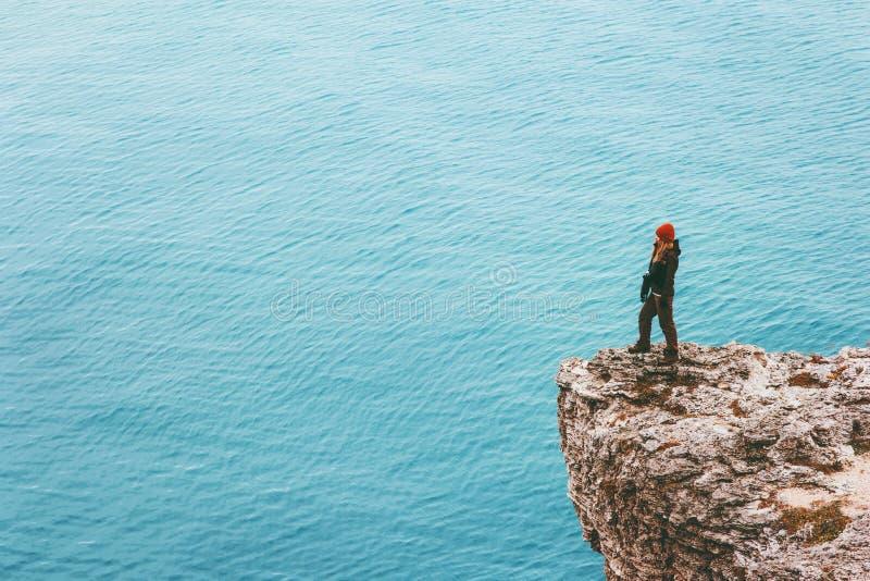 Vrouwenreiziger op klippenrand boven van de het succesmotivatie van de overzeese Reislevensstijl van het het conceptenavontuur ac royalty-vrije stock foto's