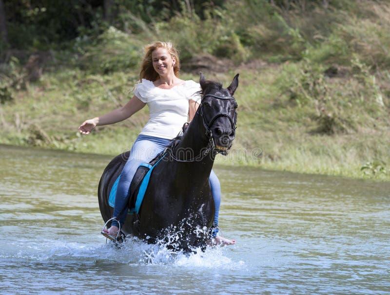 Vrouwenruiter en paard stock fotografie