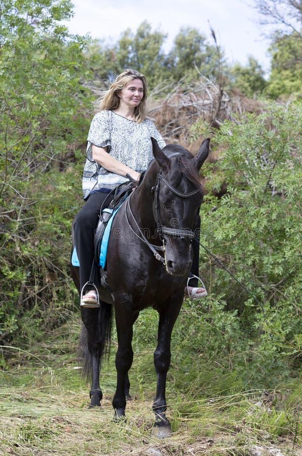Vrouwenruiter en paard royalty-vrije stock foto