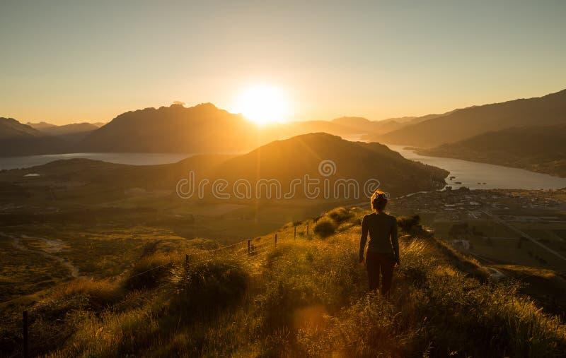 Vrouwensilhouet bij zonsondergang op de berg royalty-vrije stock fotografie