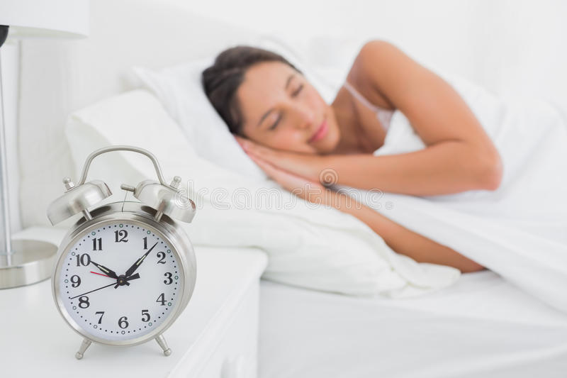 Vrouwenslaap diep in bed stock foto