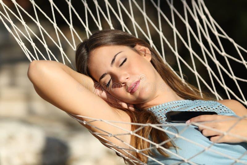 Vrouwenslaap en het rusten op een hangmat stock afbeelding