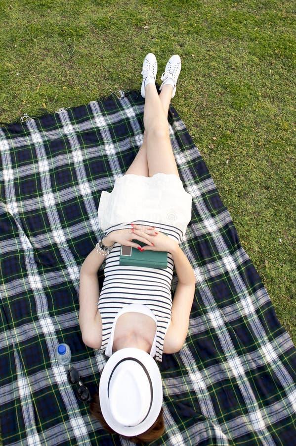 Download Vrouwenslaap Met Een Hoed Over Haar Gezicht In Een Park Stock Afbeelding - Afbeelding bestaande uit hoed, narcissen: 39107895
