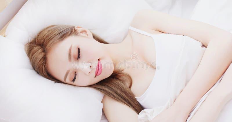 Vrouwenslaap op het bed royalty-vrije stock foto