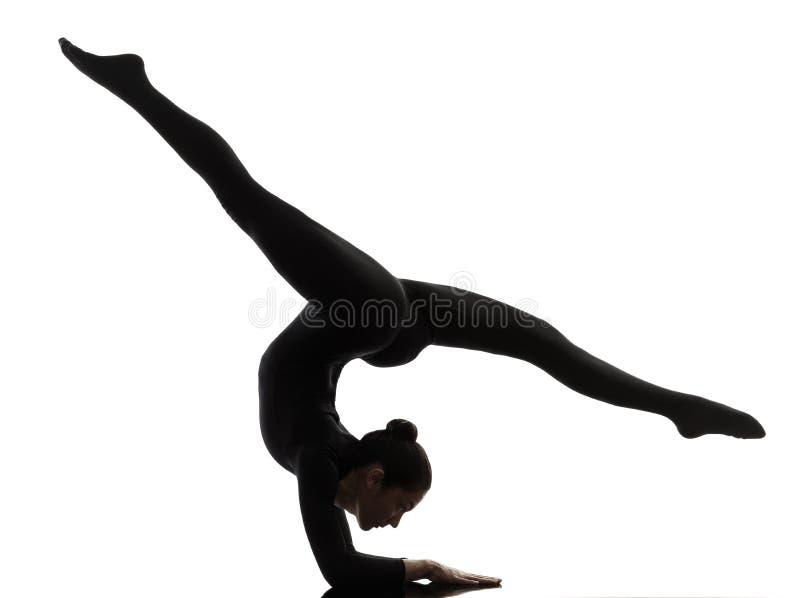 Vrouwenslangemens die gymnastiek- yoga uitoefenen   silhouet stock afbeeldingen