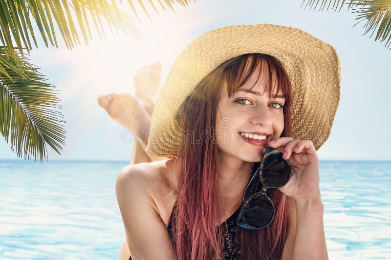 Vrouwenspel met zonnebril Maledivische de vakantieachtergrond van de de zomer exotische vakantie het gelukkige jonge vrij Kaukasi royalty-vrije stock foto's