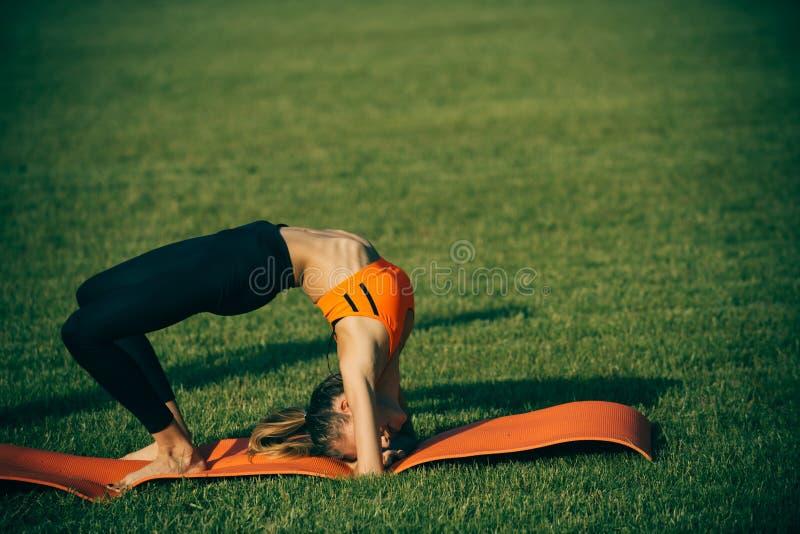 Vrouwensportvrouw opleiding op groen gras, sport stock fotografie