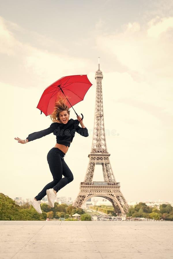 Vrouwensprong met manierparaplu Gelukkige vrouwenreis in Parijs, Frankrijk Parijzenaar isoleerde op witte achtergrond Meisje met royalty-vrije stock foto's