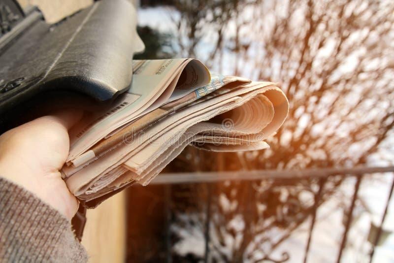 Vrouwenstart de stapel van kranten van de brievenbus royalty-vrije stock foto