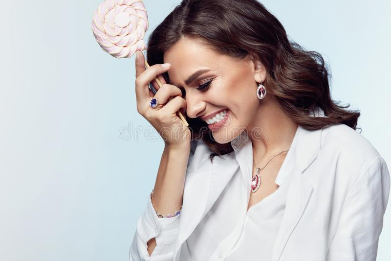 Vrouwenstijl Mooi Wijfje met Juwelen en Snoepjes stock fotografie