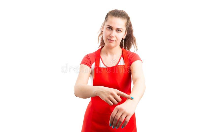 Vrouwensupermarkt of hypermarket supervisor die recent gebaar maken royalty-vrije stock afbeelding