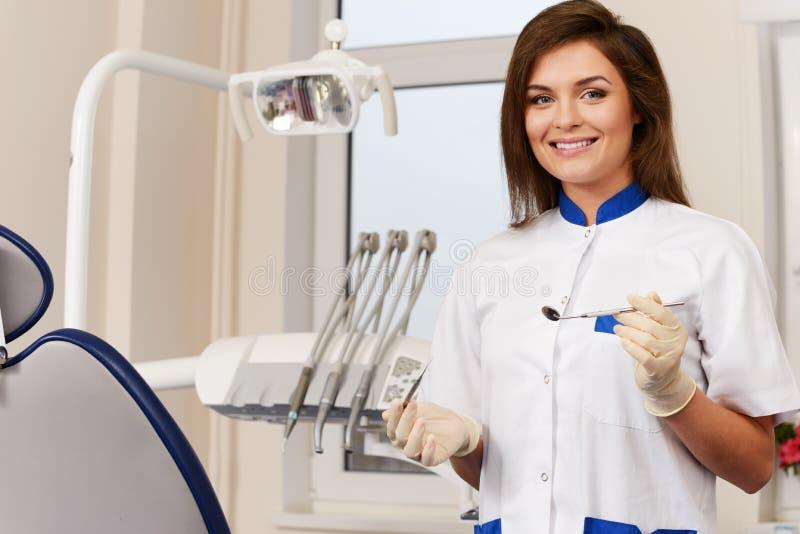 Vrouwentandarts met tandhulpmiddelen stock afbeeldingen