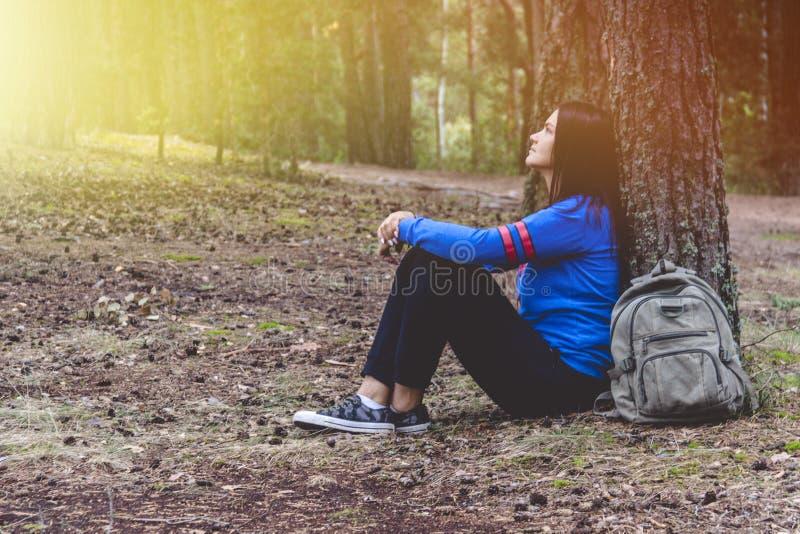 Vrouwentoerisme Terug van reiziger in de bos Mooie jonge vrouw reist en rust in het bos royalty-vrije stock fotografie