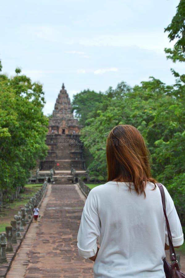 Vrouwentoerist bij ingang aan Phanom-het kasteel van de Sportsteen in Thailand royalty-vrije stock afbeeldingen